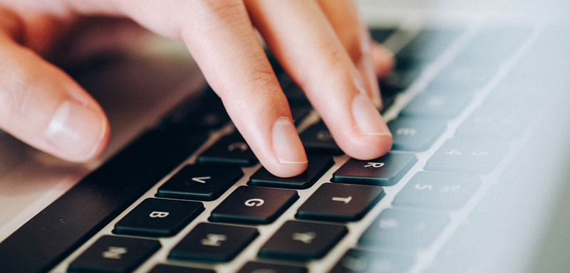 Facebook-Dos-and-Donts-typing