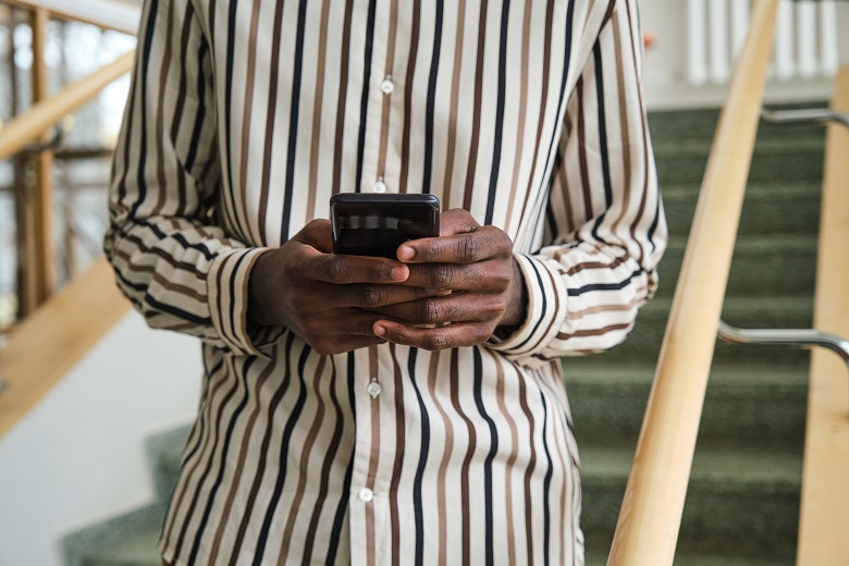 man-texting-a-message-PHMVSNB